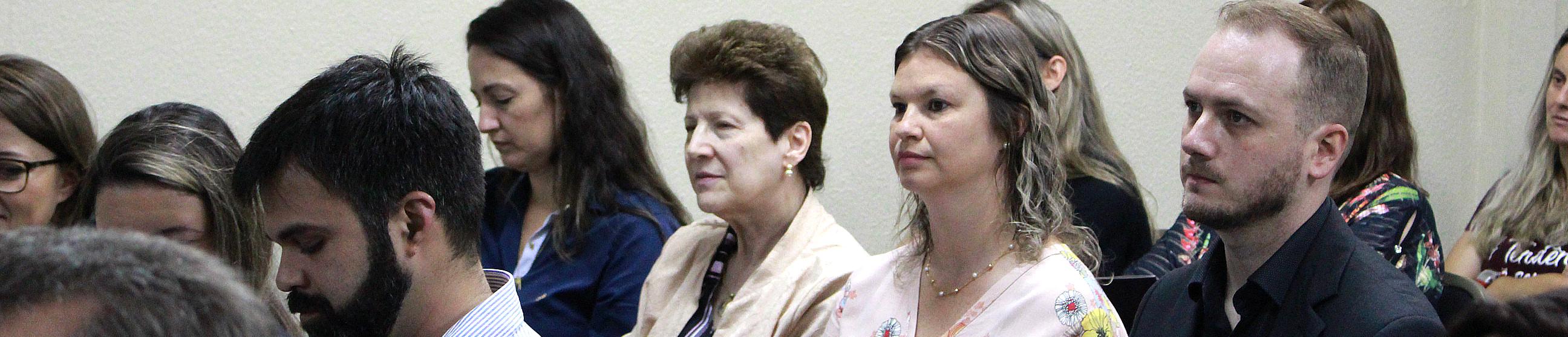 Colegas de equipe sorrindo em uma sala de reunião.